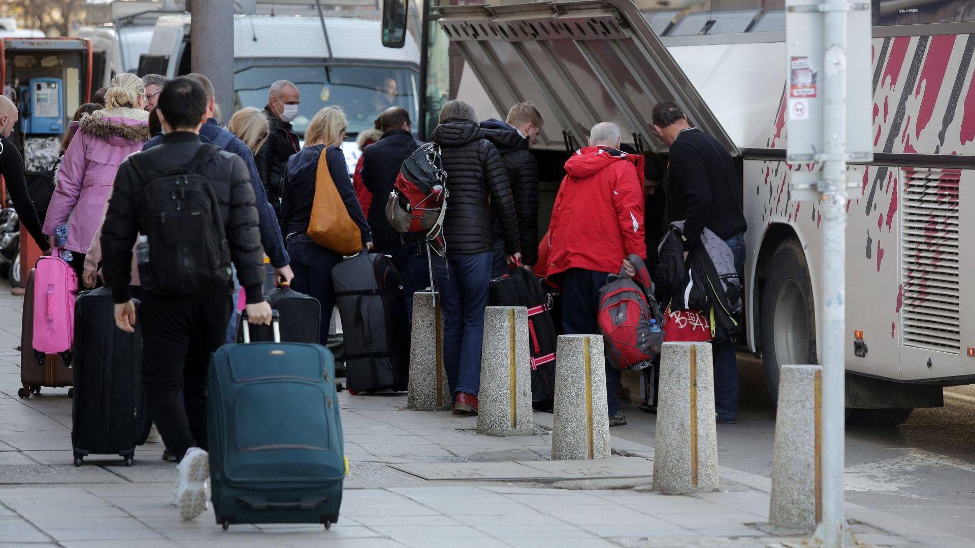 От есента най-рано ще започне връщането на парите на туристите,