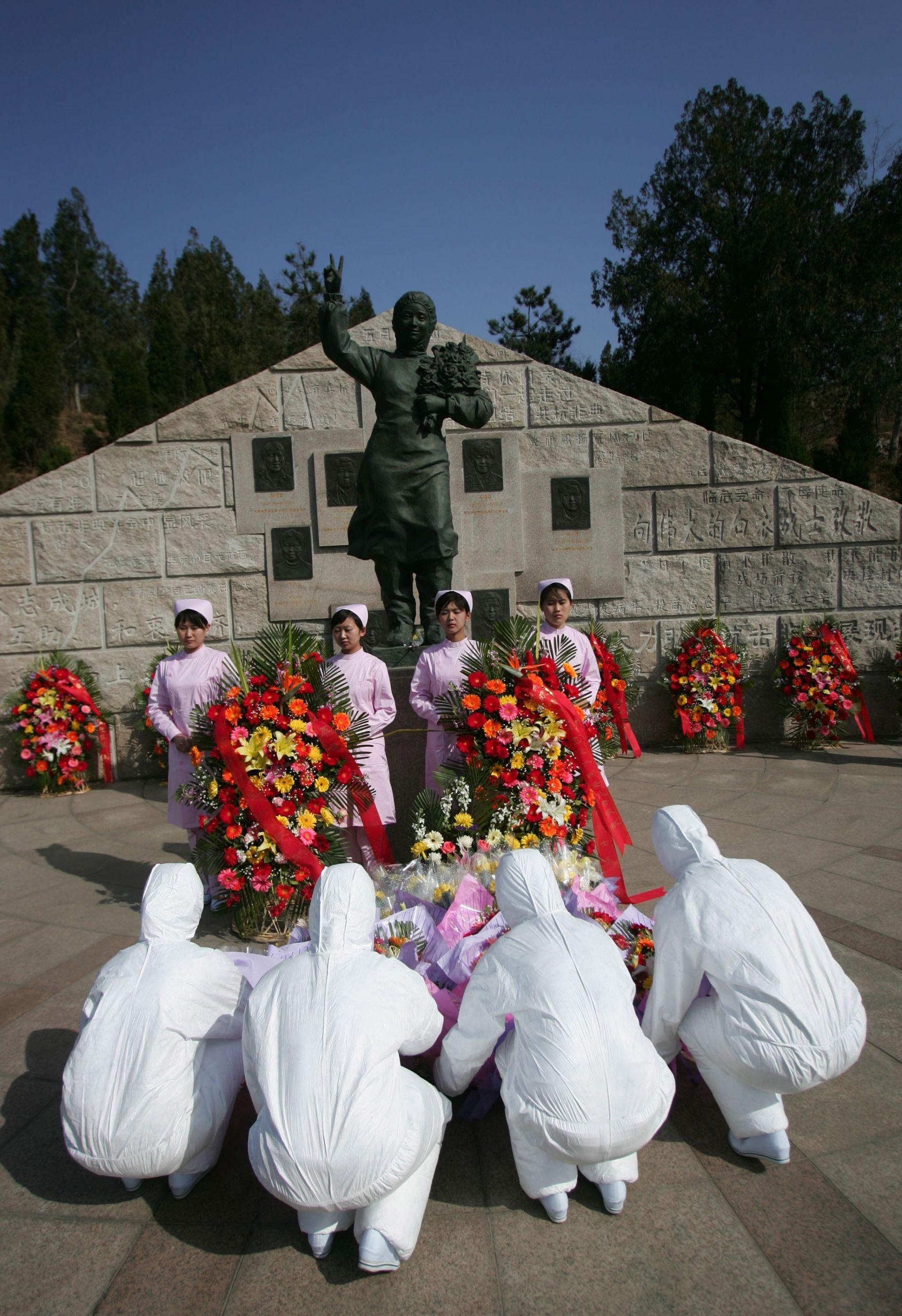 Април 2008 г.: Медицински сестри полагат цветя в памет на загиналите си колеги по време на SARS