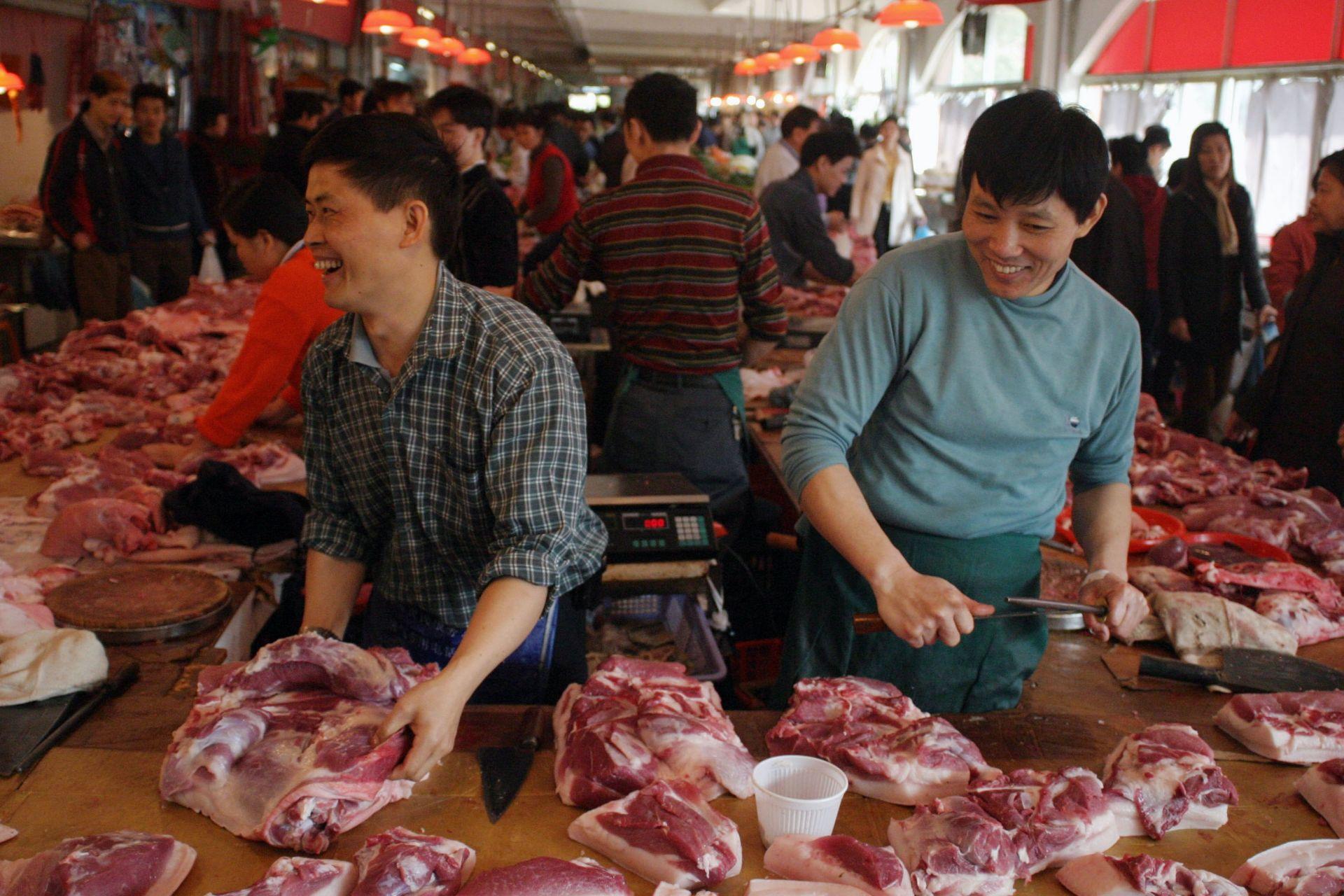 Януари 13, 2003 г.: Месарите  на пазар в Шенжен в Китай