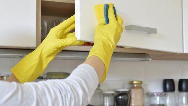 Трябва да дезинфекцираме и храните и кухненските площи вкъщи
