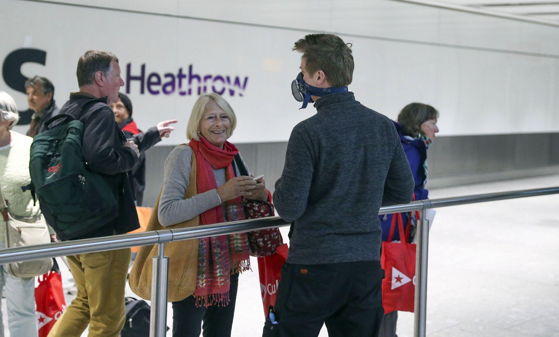Пристигащи англичани от чужбина на летище Хийтроу