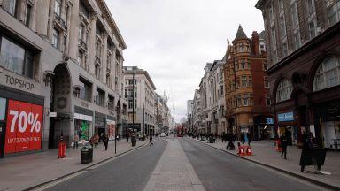 Англия с най-много новозаразени от май и протест срещу нова карантина