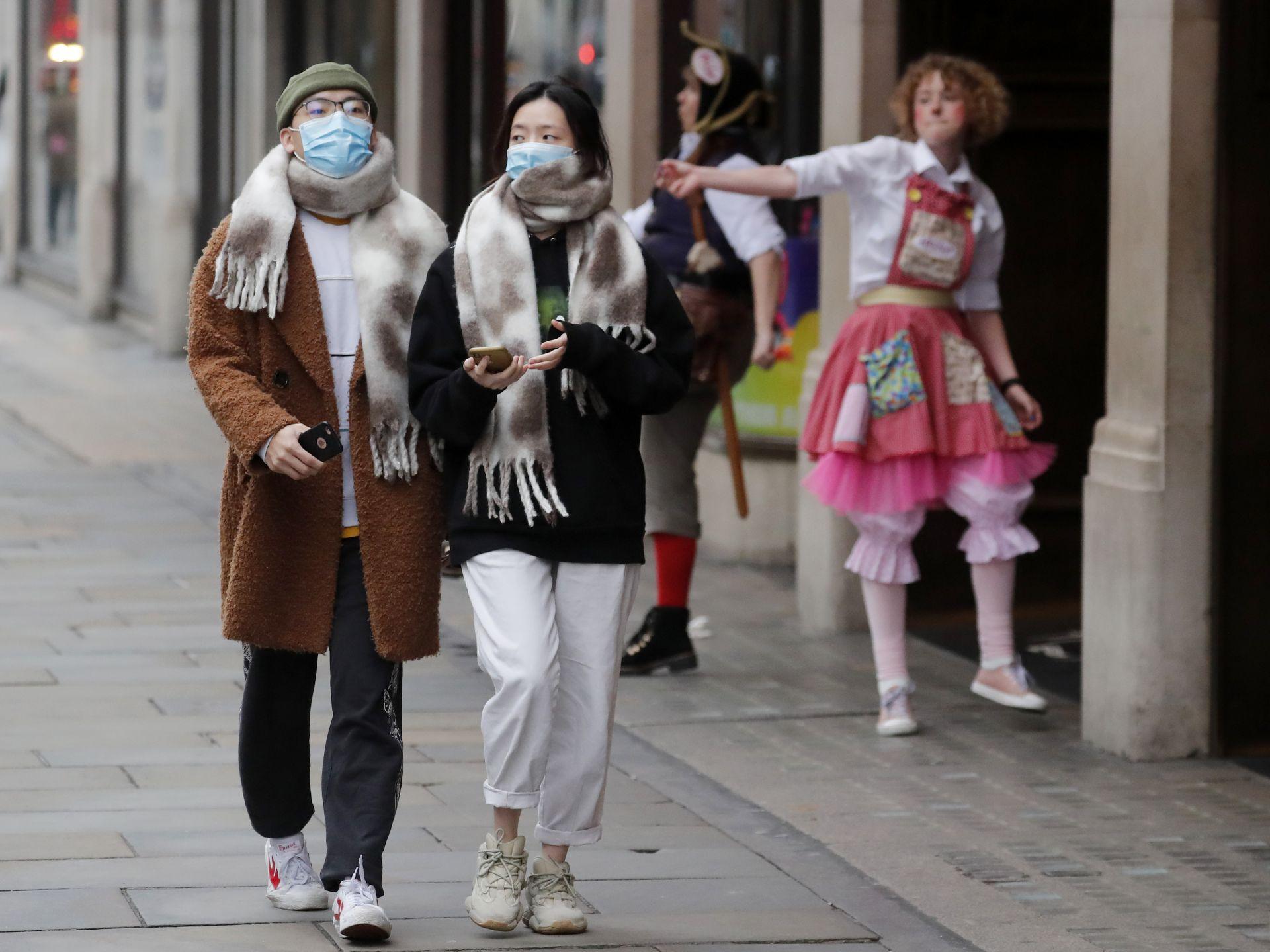 Актьори пред магазин за играчки приканват туристи