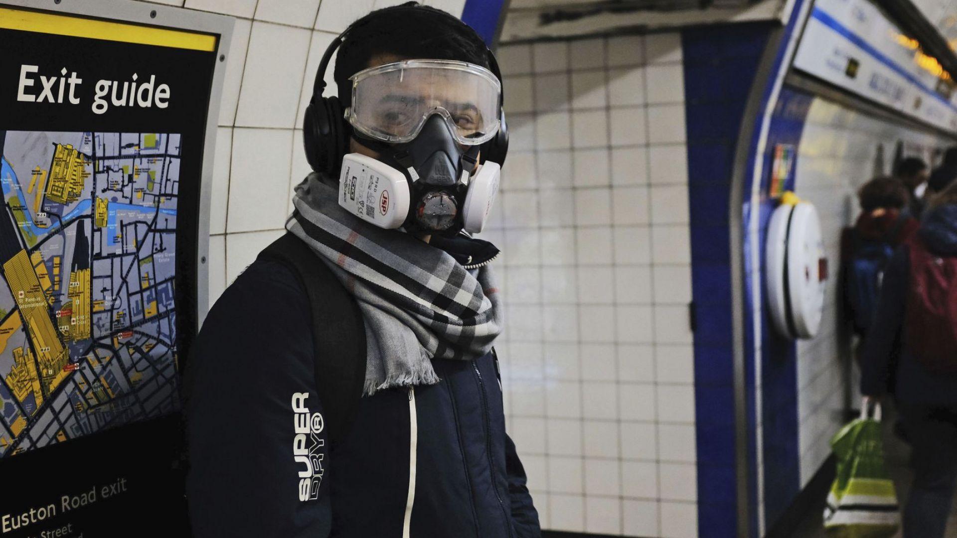 Лондон пред нови карантинни мерки: На опашка под дъжда пред супермаркетите (снимки)