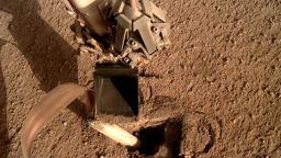 НАСА поправи най-новата си марсианска сонда с удар от лопата