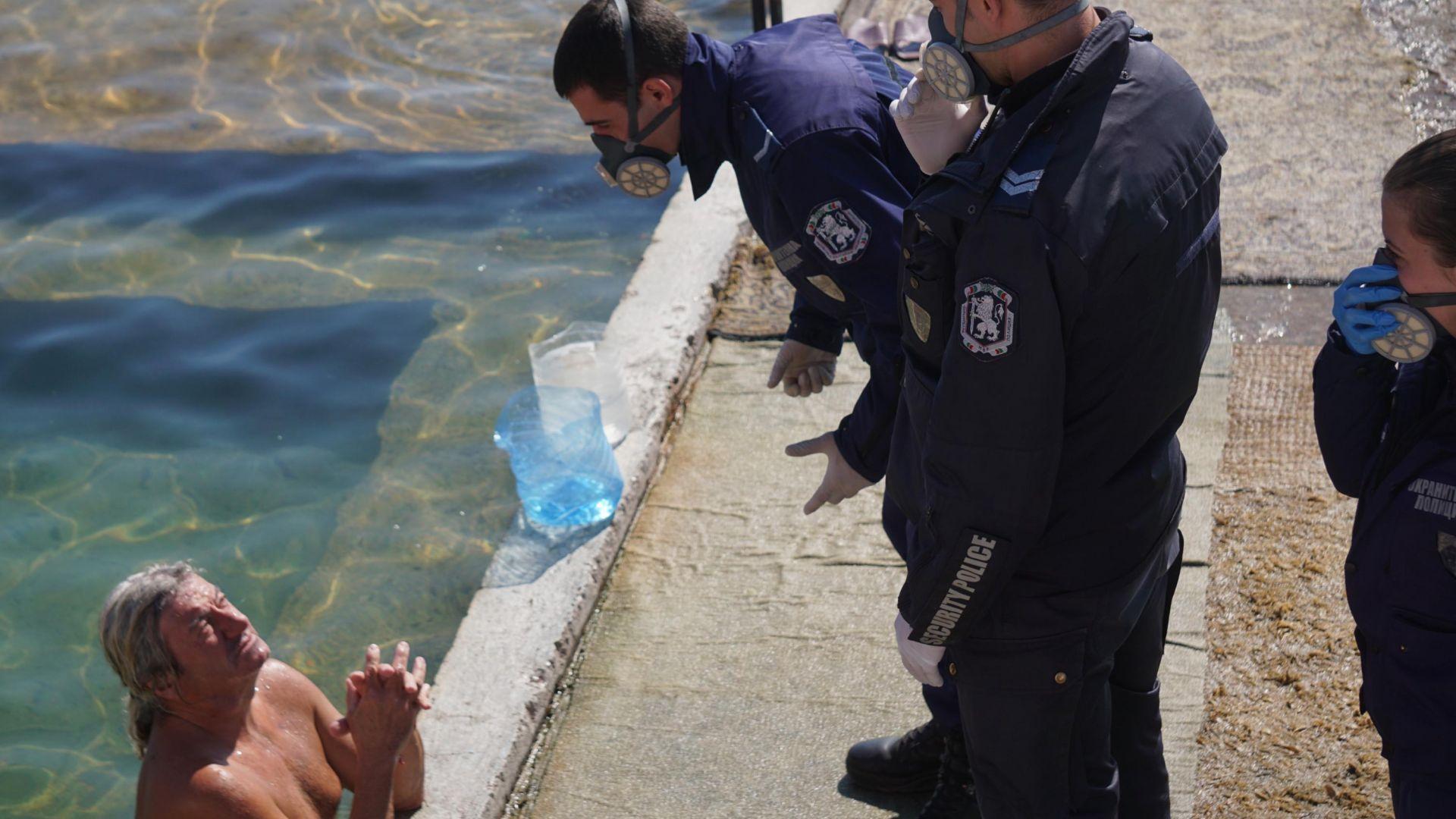 """Варненските полицаи с мъка изгониха къпещи се в """"Топлата вода"""" (снимки)"""