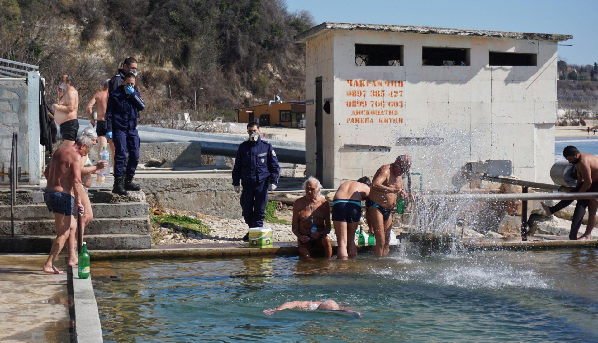 """Варненските полицаи с мъка изгониха къпещите се в """"Топлата вода"""""""