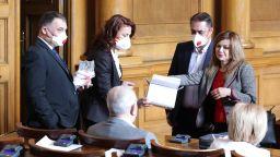 Замразяват заплатите на депутатите и партийните субсидии