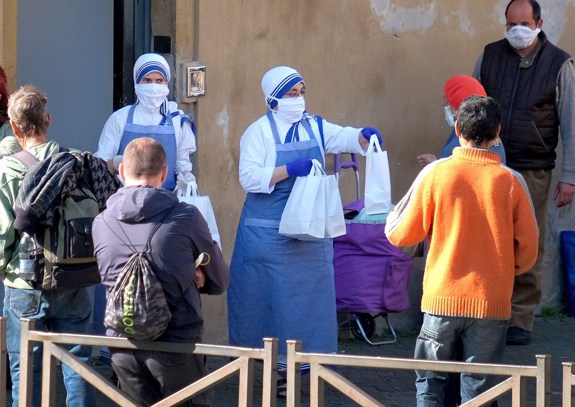 Монахини раздават храна на нуждаещи се в Рим