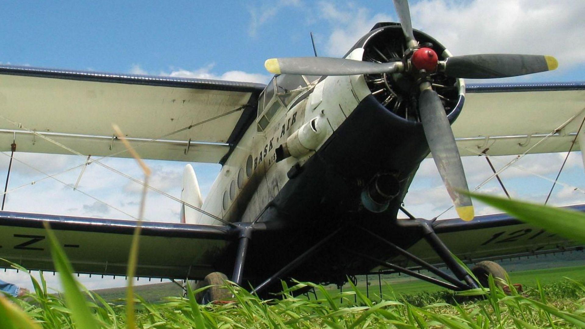 Самолет на селскостопанскатата авиация дезинфекцира Карнобат от въздуха. На няколко