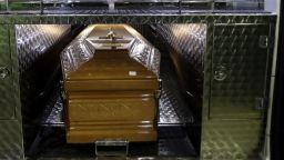 Коронавирусът погуби 4-та братя на италианка, гледа погребенията им от балкона