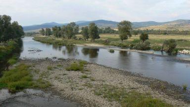 Проверяват сигнал за оцветяване на река Тополница