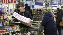Пазар при пандемия: Турците купуват одеколон, французите - презервативи