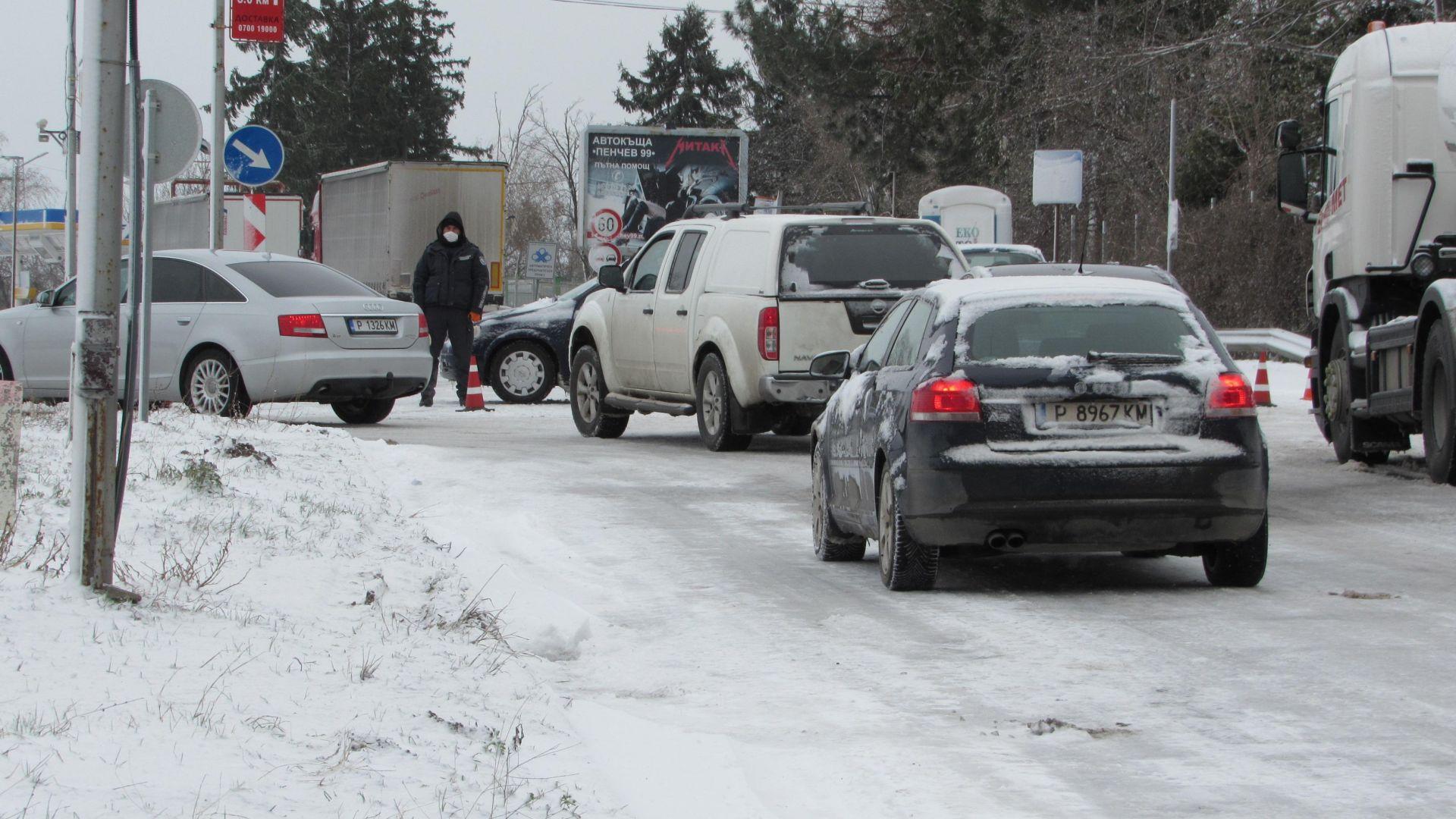 Усложнена е зимната обстановка в Русенско. Пътят Русе-Бяла бе временно