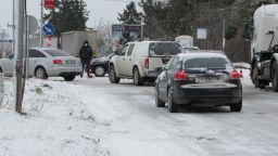 Снежни неволи: Коли и тирове закъсаха, затвориха пътища