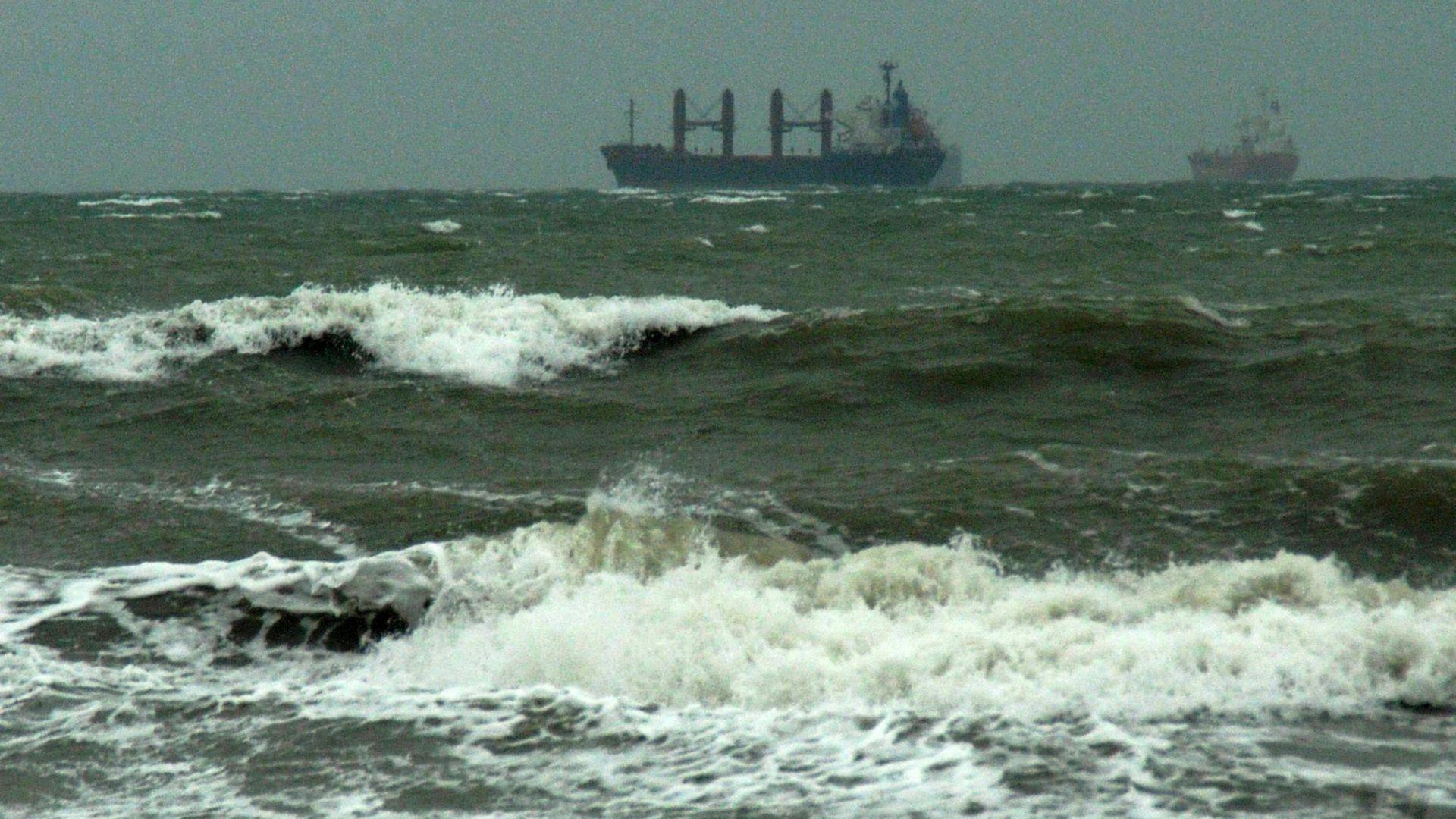 Пристанище Бургас е затворено за всякакви маневри и корабоплаване, поради