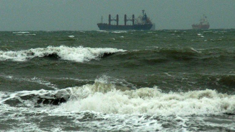 Бурен вятър и пет бала вълнение затвориха пристанището в Бургас (снимки)