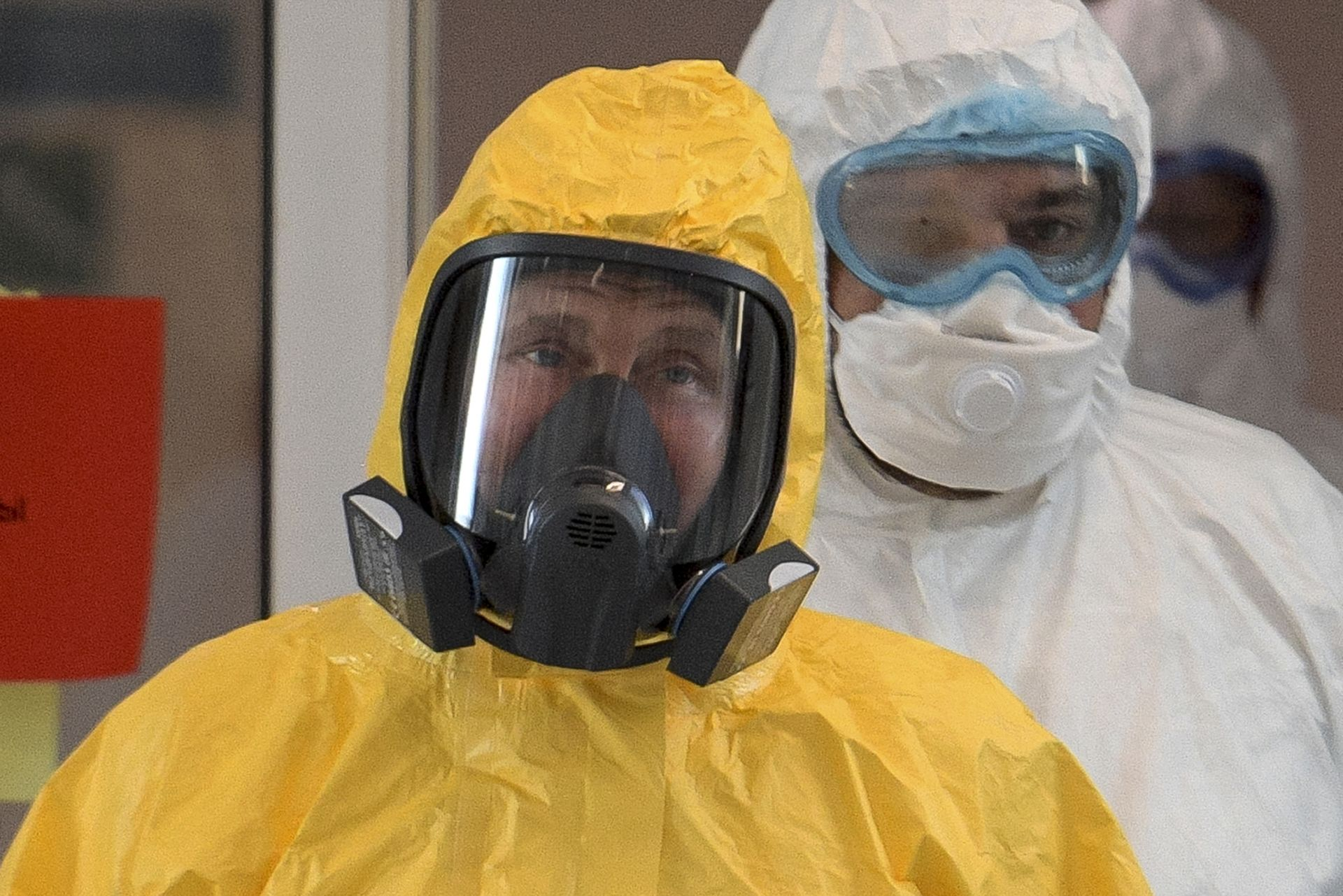 Путин, облечен в защитен костюм, влиза в зала по време на посещението си в болницата за пациенти с коронавирус в Комунарка, извън Москва