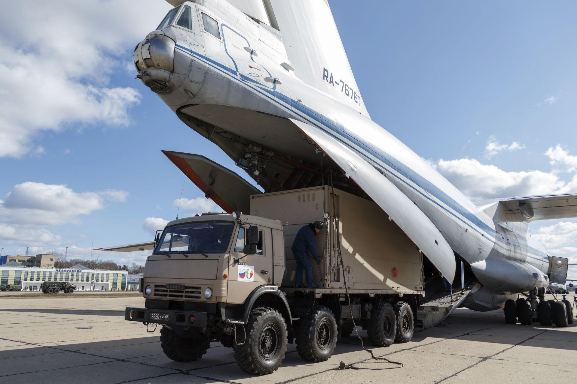 Руски военни товарят оборудването на Италия