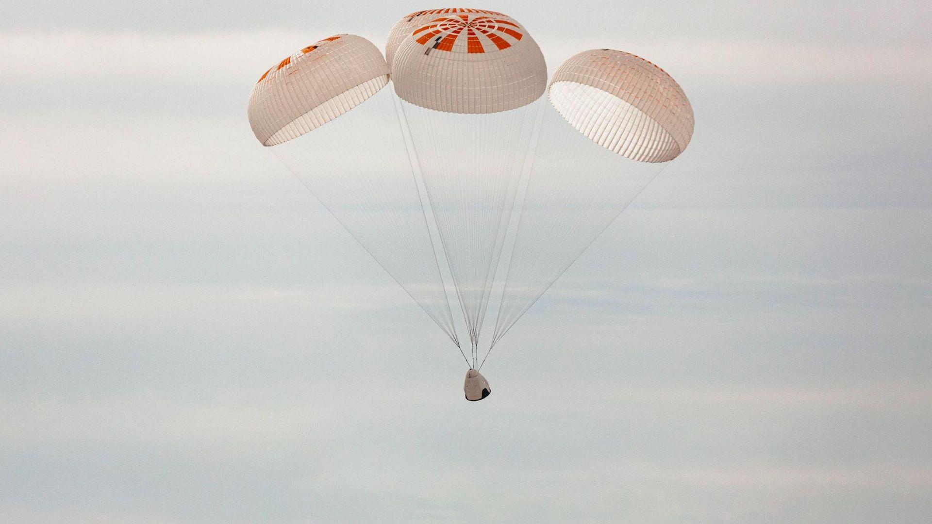 Парашутите дестабилизираха космически кораб на SpaceX