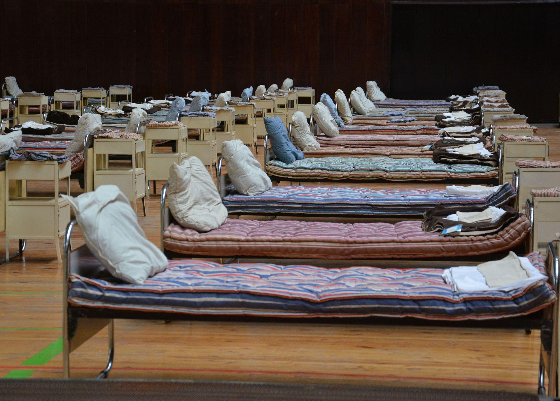 Във Варна бяха разположени 300 легла с цялостното им оборудване: дюшеци, чаршафи, възглавници, одеала, шкафчета и 300 комплекта хавлии и пижами