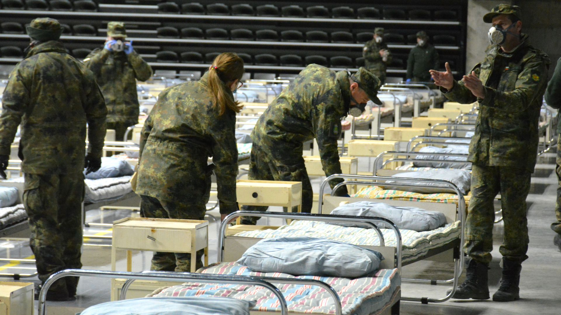 "Сто войници изградиха за три часа полева болница в зала ""Арена Русе"" (снимки)"