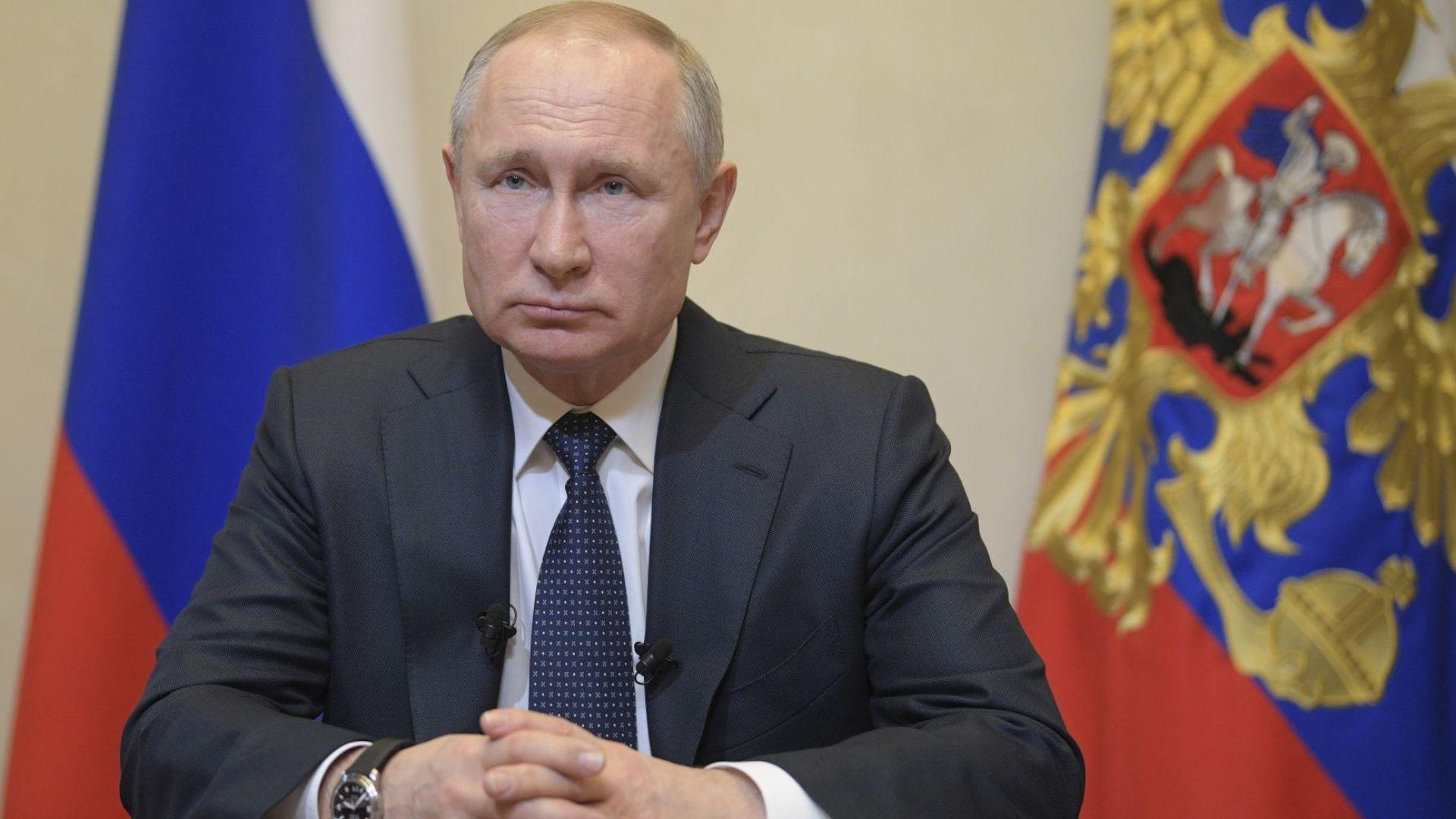 Путин пусна Русия в платена ваканция и отложи промените за оставането си на власт
