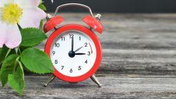 Местим стрелките на часовника с един час напред в неделя