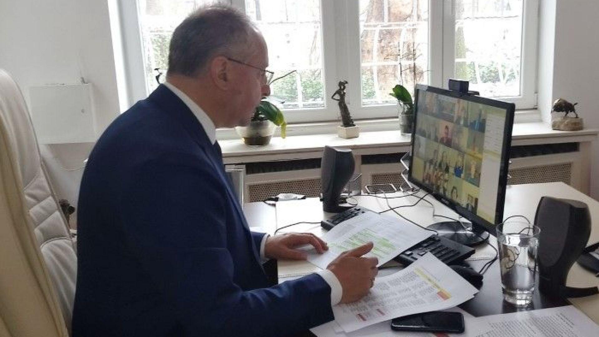 Председателят на ПЕС Сергей Станишев,вицепрезидентът на ЕК Франс Тимерманс, премиерът