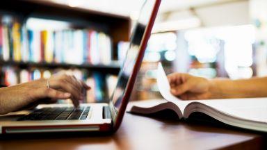 Учителите с пълни заплати само при 25 часа седмично онлайн