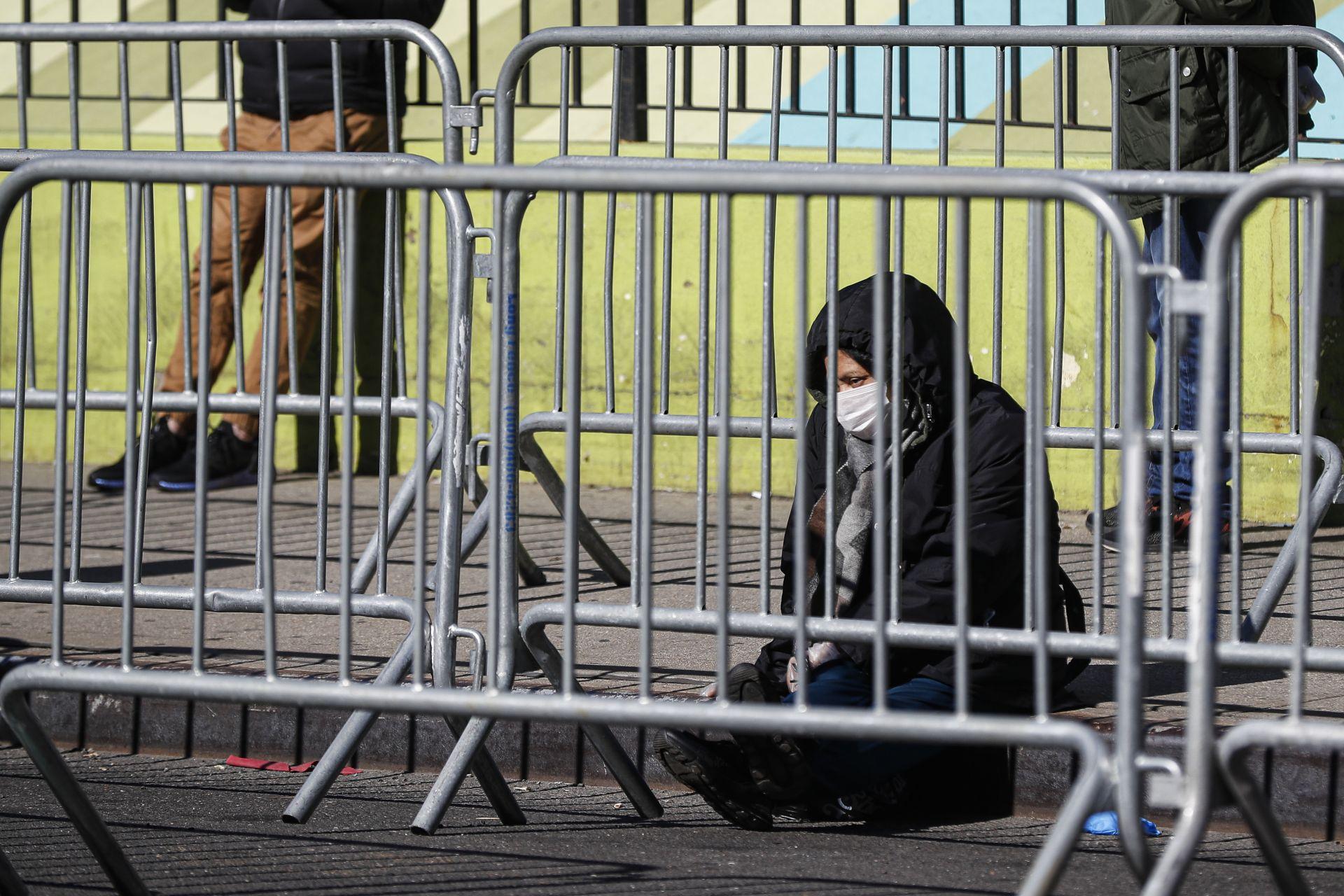 Жена чака резултатът си за коронавирус пред медицински център в Ню Йорк