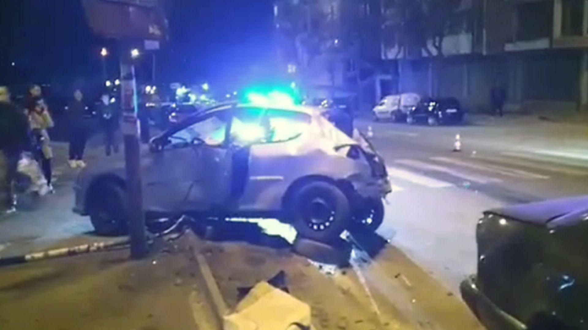 Две коли се удариха в Благоевград и пометоха още 4 паркирани