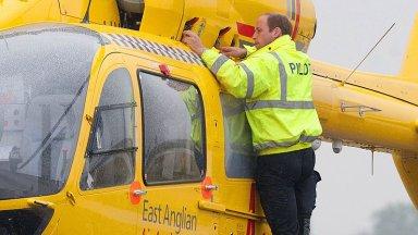 Принц Уилям обмисля да се бори с коронавируса като пилот на въздушна линейка