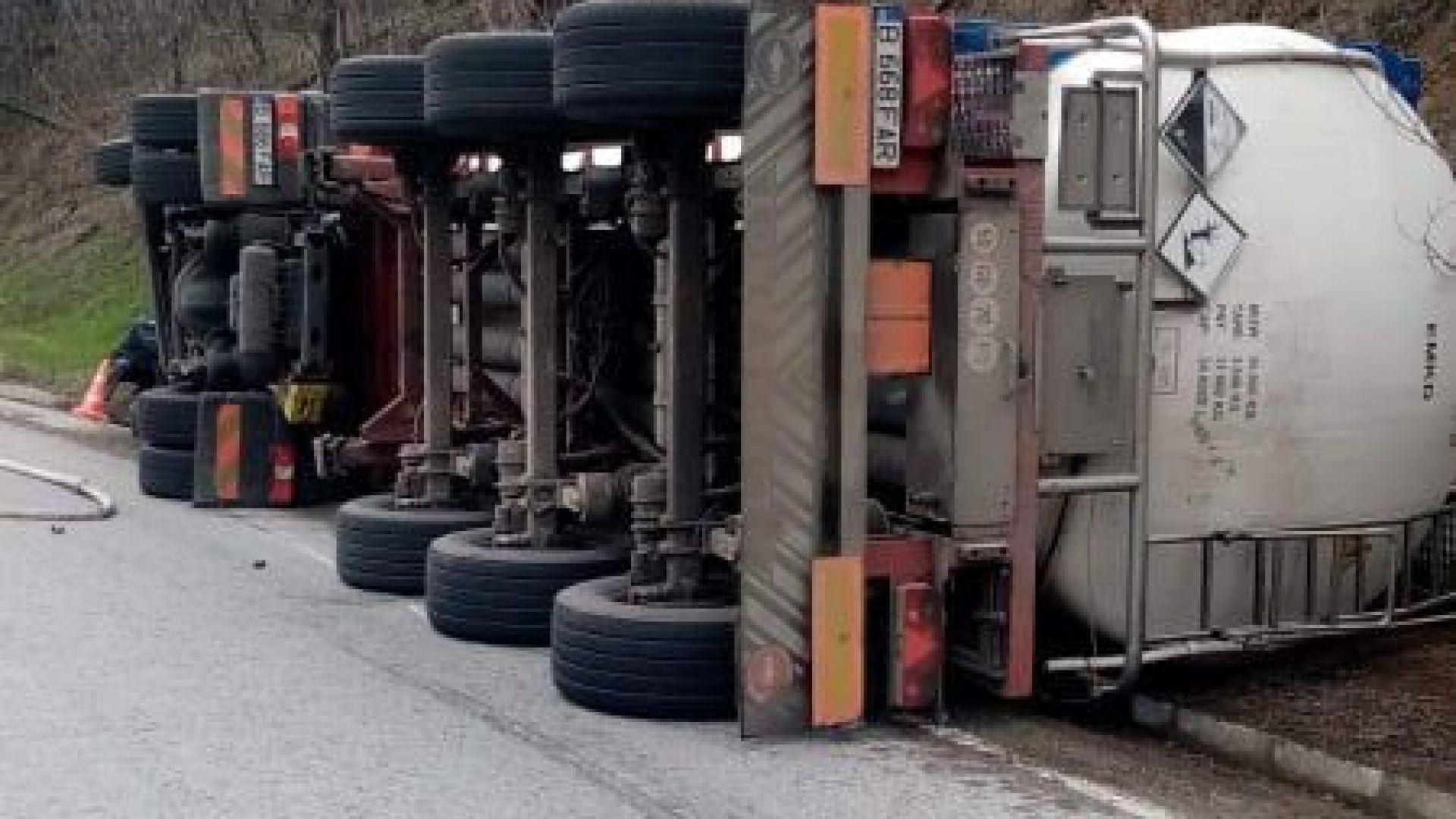 Цистерна със сярна киселина се обърна на Подбалканския път