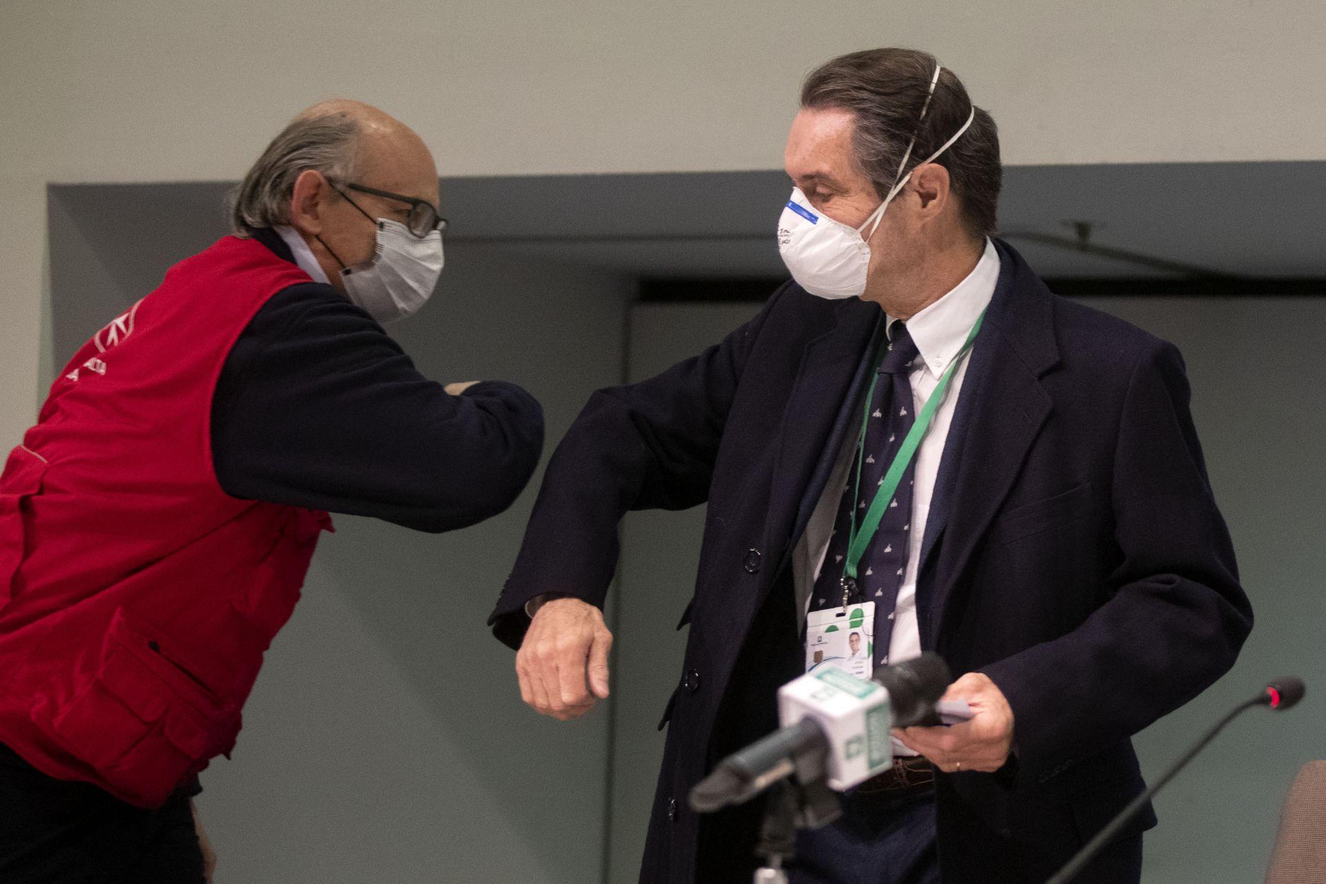 Президентът на региона на Ломбардия Атилио Фонтана, вдясно, поздравява Херардо Соларо Дел Боско, президент на Италианския корпус за помощ от Ордена на Малта, с докосване на лакътя, за да предотврати разпространението на Covid-19