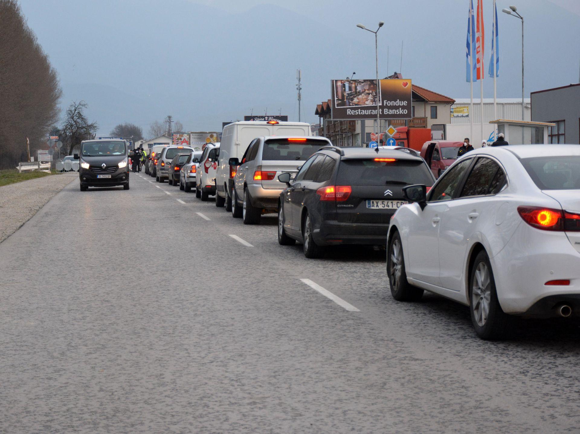 Опашка от коли се нареди за преминаване през КПП-ата на Банско