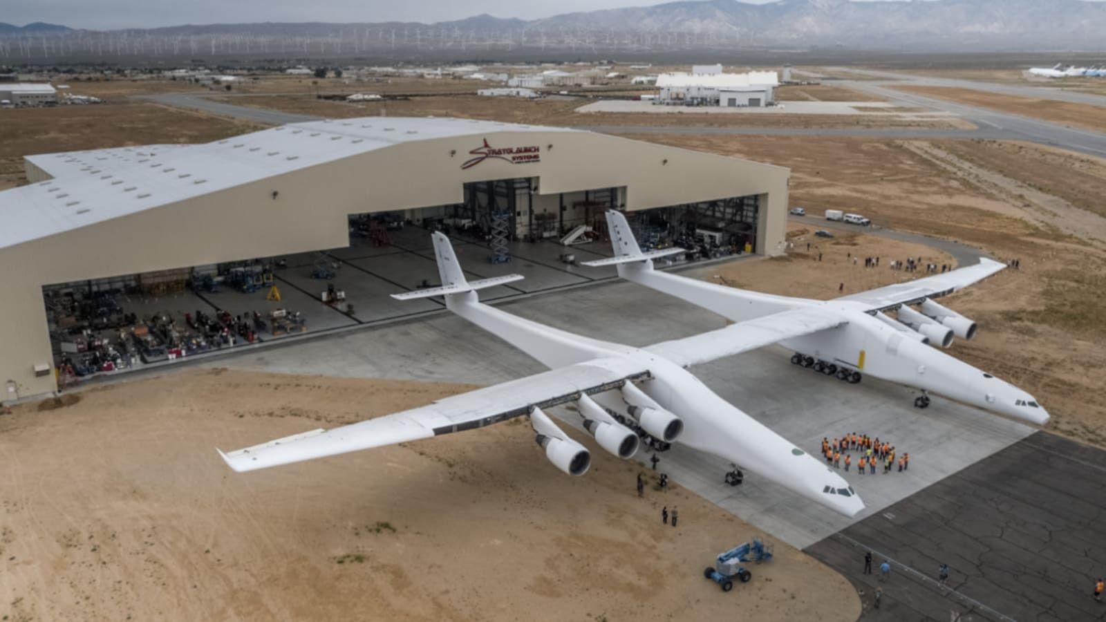 Най-големият самолет в света ще служи като въздушна стартова площадка в хиперзвуковата програма на САЩ /СНИМКИ/