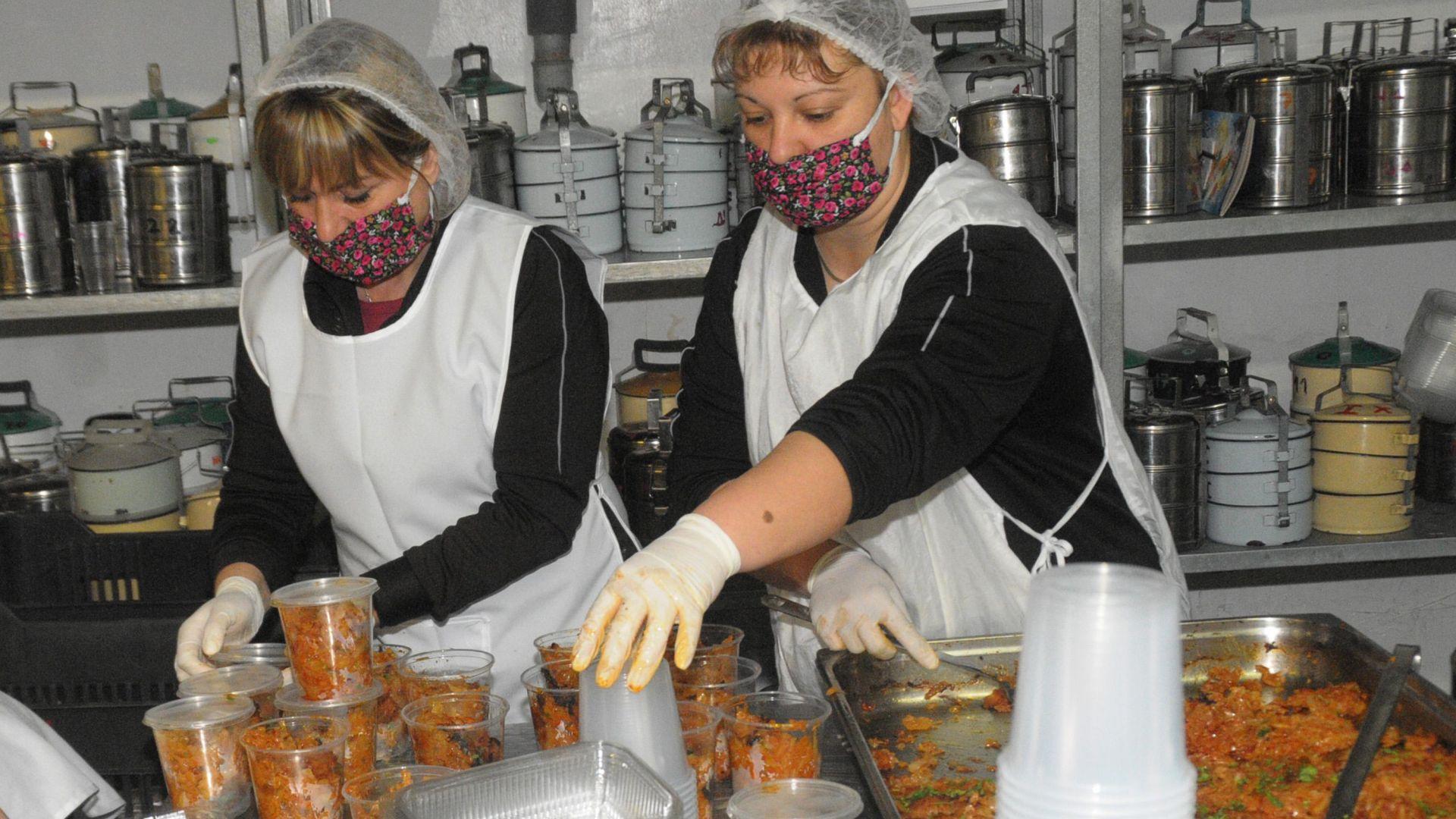 В Бургас доставят храна в дома на над хиляда възрастни хора (сними)