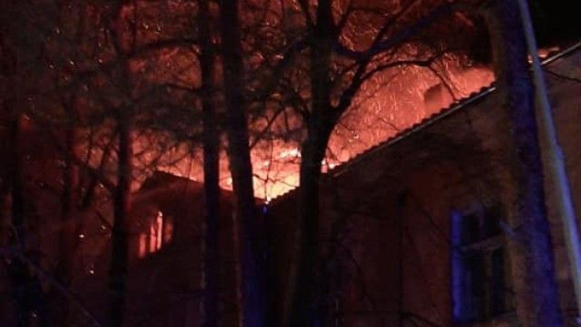 Голям пожар е избухнал късно снощи в старата митрополия на