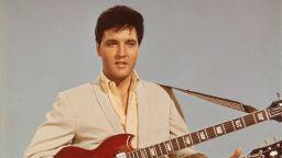 Имитатор на Елвис Пресли изнесе концерт от балкона си в условия на изолация