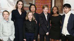 Как Анджелина Джоли и децата ѝ прекарват времето си у дома
