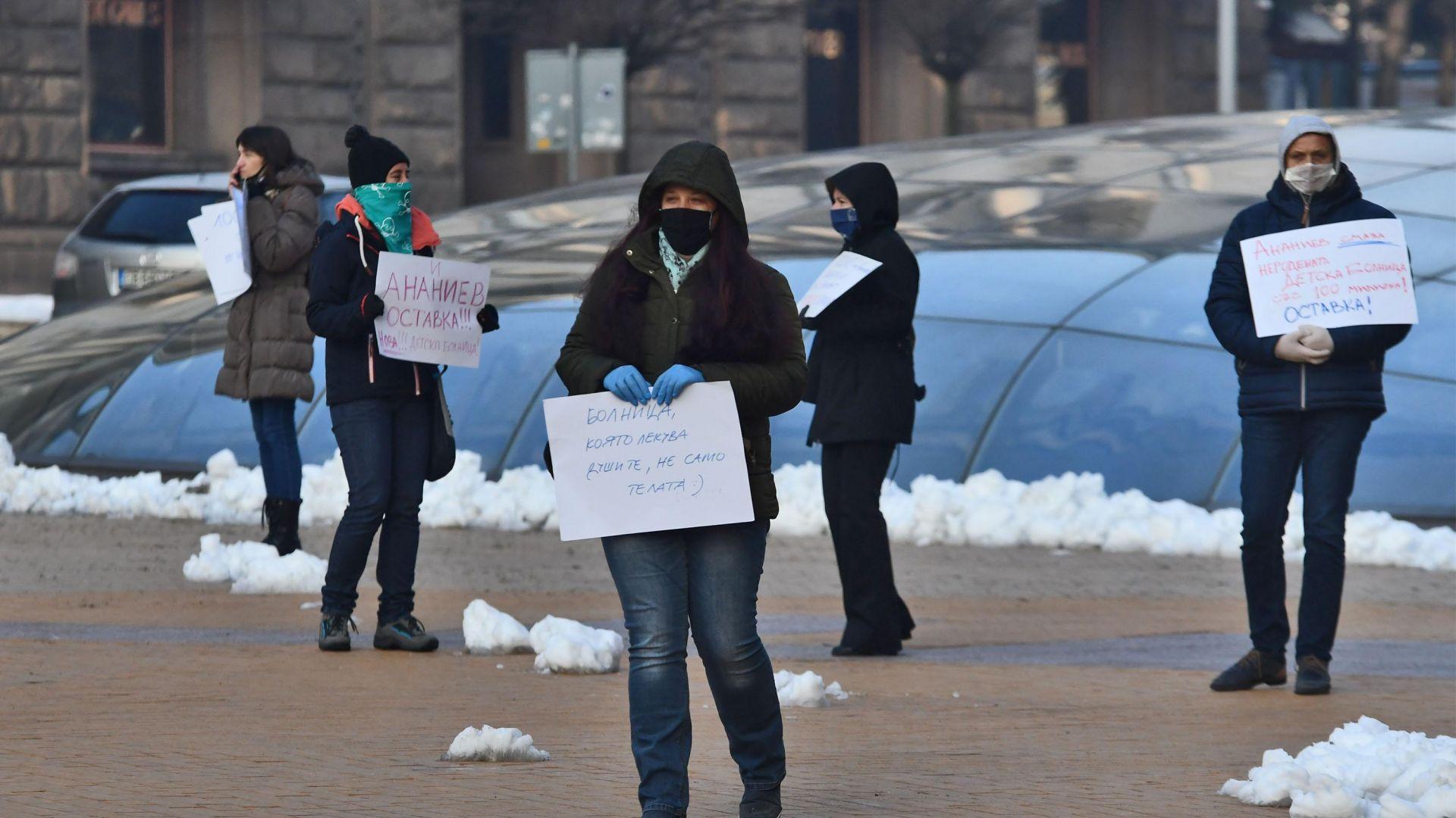 Десетина родители, лекари и архитекти протестираха пред сградата на Министерския