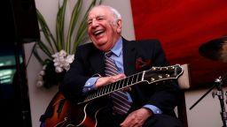 Джаз виртуозът Бъки Пицарели почина от коронавируса