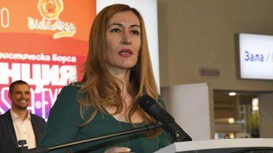 Ангелкова говори със застрахователите за полиците на туроператорите