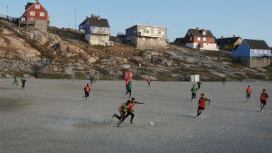 Лед, замръзнал пясък и гореща любов към футбола - това е най-краткото първенство в света