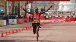 Наказаха за 4 г. шампион в маратона за допинг, кариерата му приключва