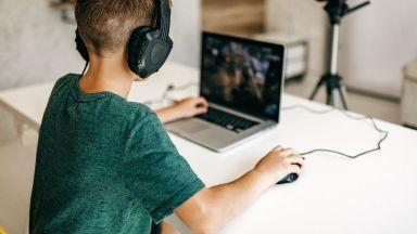 Започват да пишат оценки за наученото от дистанция, но какво става с офлайн децата?