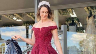 Домакини изхвърлят боклука, облечени като принцеси