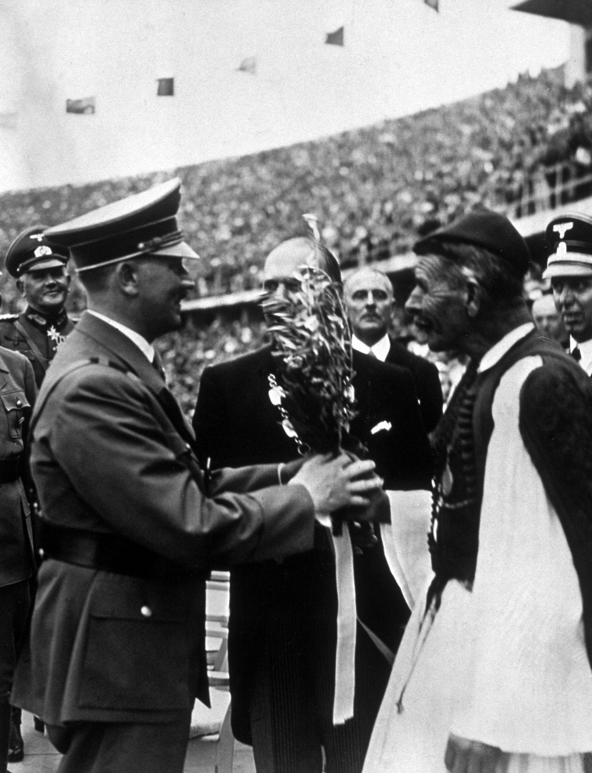1936 г. - Спирос Луис връчва на Адолф Хитлер маслинова клонка на игрите в германската столица
