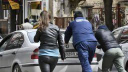 Полицаи помогнаха на младежи, закъсали с кола в центъра на София (снимки)